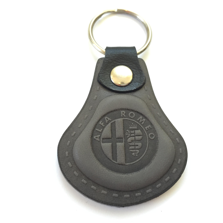 Elegantná kľúčenka s logom Alfa Romeo vyrobená z pravej talianskej kože.  Vysoká kvalita spracovania. d9921382eca